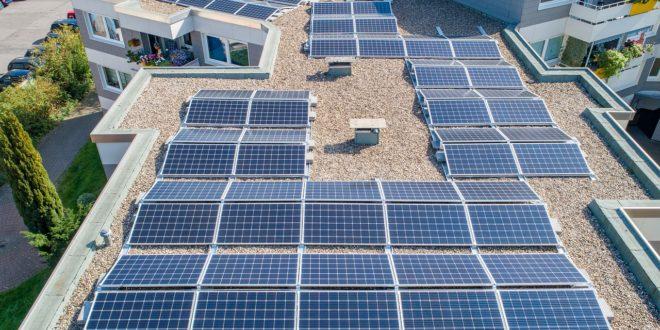 Lapos tetőre is telepítenek napelemeket?
