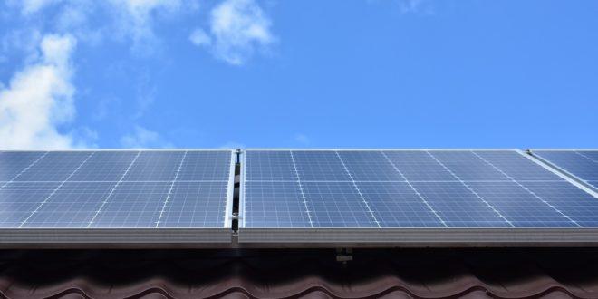 Jó hír a családoknak, akik támogatásból telepítenének napelemeket